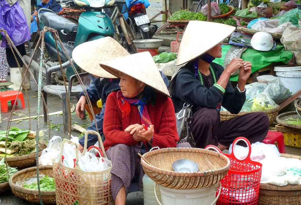 three women in non la hats