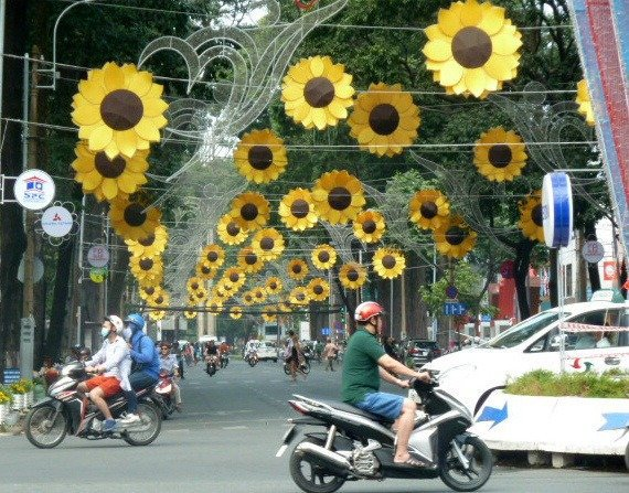 Saigon - Scooters and Sightseeing