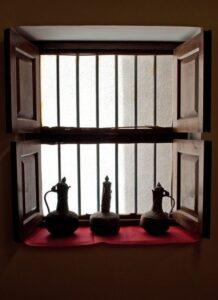 window-jugs-sillhouette