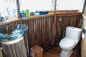 jungle-treehouse-bathroom