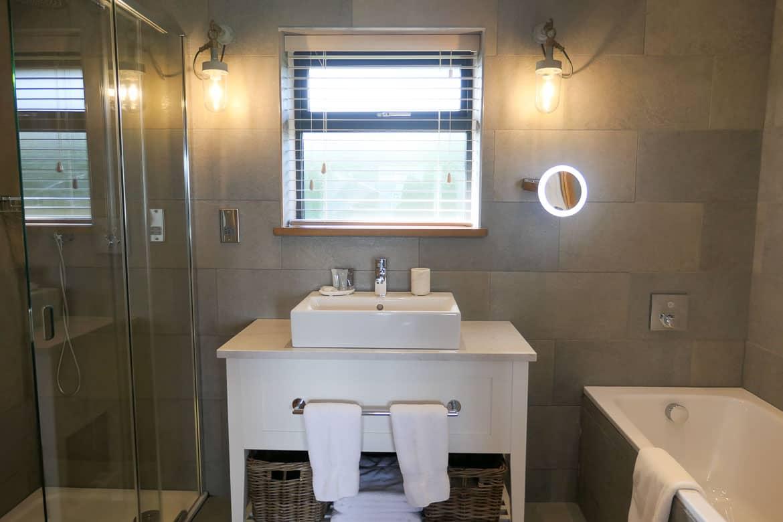 Family bathroom, Dylan Lodge, Dylan Coastal Resort, Laugharne-10